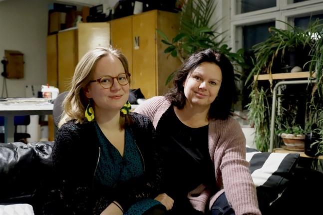 Lina Teir, till vänster, och Ann-Luise Bertell är pådrivarna bakom Österbottens berättarcentrum Glöd.