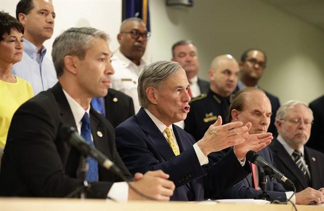 Texas guvernör Greg Abbott (i mitten) skrev i helgen under beslutets att ställa in delstatens aborter. Arkivbild.