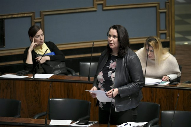 Grundlagsutskottets ordförande Johanna Ojala-Niemelä (SDP) säger att utskottet ger grönt ljus till stängningen av restauranger – med några preciseringar.