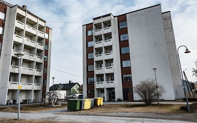 Skepparegatan 25 i Jakobstad där knivmisshandeln ägde rum i slutet av mars.