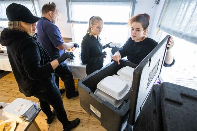 När klockan tickar mot lunchtid är det hektiskt i restaurangen i Åminne i Malax. Madelene Vikstrand, Jan-Peter Ivars, Anja Flöijer och Linn Nyholm packar värmeboxarna.