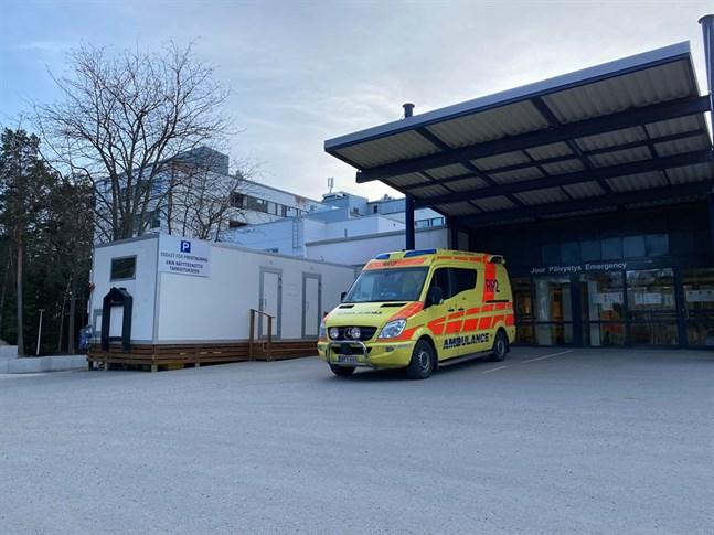 För att skydda övriga patienter har social- och hälsovårdsverket i Jakobstad förberett nya mottagningsrum för de patienter som har influensasymtom. Provtagningsskylten är dock flerplacerad och ska flyttas, enligt tf social- och hälsovårdsdirektör Pia-Maria Sjöström.