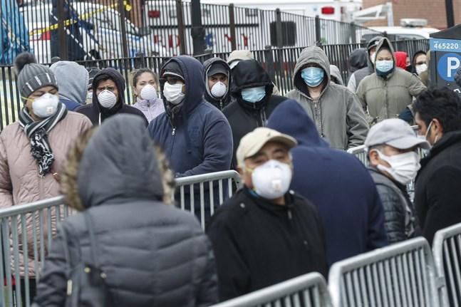 Människor i New York köar för att testas för att se om de är smittade med det nya coronaviruset.