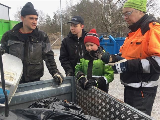 Andreas Frostdahl, med sönerna Martin och Robin, som städat garaget som skoluppgift kom till återvinningsstationen, där Stig Kjellman också bjöd på en lektion i sopsortering.