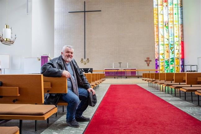 En tom kyrka betyder inte att församlingens verksamhet står stilla. Tvärtom får kyrkoherde Per Stenberg och andra församlingsarbetare nu syssla mer med uppsökande verksamhet.
