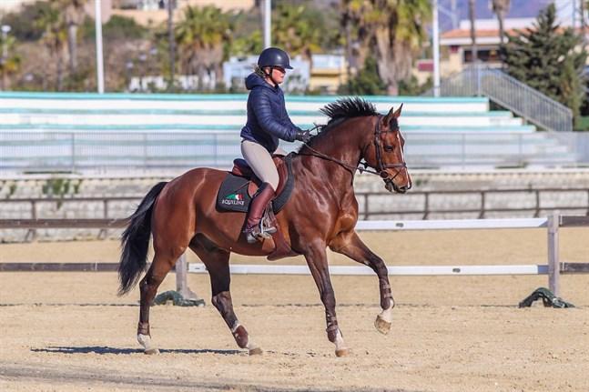 Emma Broända fick en bra start på säsongen, men för tillfället får ingen ens rida i Spanien.