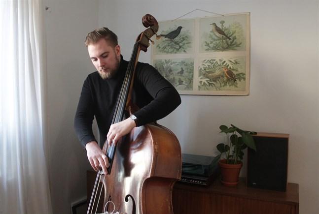 Fyra fredagar i rad strömmar Jonathan Bäckström från Kronoby en konsert från sitt vardagsrum i Helsingfors. Varje gång har han med sig en musikalisk gäst.