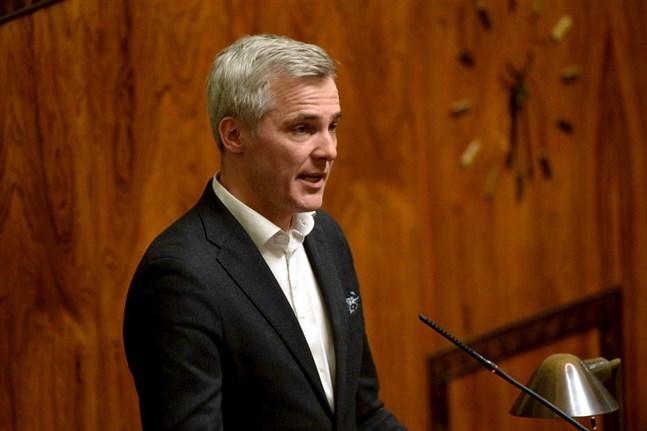 Medlemmen i riksdagens finansutskott Anders Adlercreutz (SFP) säger att Business Finland och NTM-centralerna fått många fler ansökningar om stöd under coronakrisen än regeringen hade väntat sig i förra veckan.