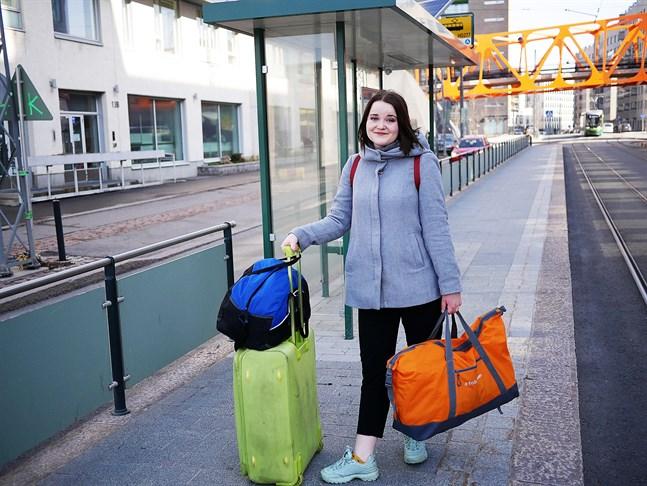Med fyra fullpackade väskor är Julia Wik förberedd på att i värsta fall tillbringa kommande halvåret i Jakobstad.