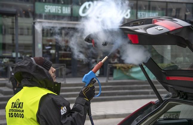 Kanske kan virus överleva i taxin – i Stockholm ångtvättas bilar för säkerhets skull.