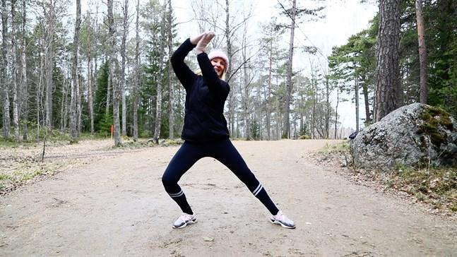 Ghita Boussir guidar dig genom övningarna. Hon visar olika alternativ till rörelserna så att alla kan vara med.