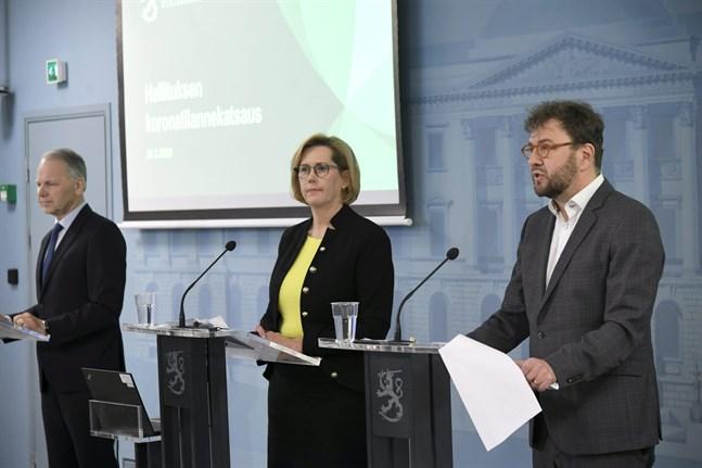 Jord- och skogsbruksminister Jari Leppä, kommunminister Tuula Haatainen och kommunikationsminister Timo Harakka.
