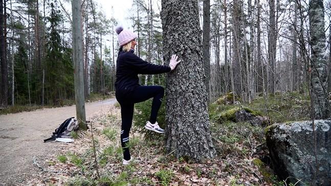 Träningen kan varieras så att den passar dig. I övning 1 kan man till exempel ta stöd av ett träd eller en vägg.