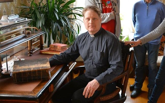 Kyrkoherden i Korsnäs församling Janne Heikkilä konstaterar att ett ständigt minskande medlemsantal i slutändan påverkar församlingarnas ekonomi.