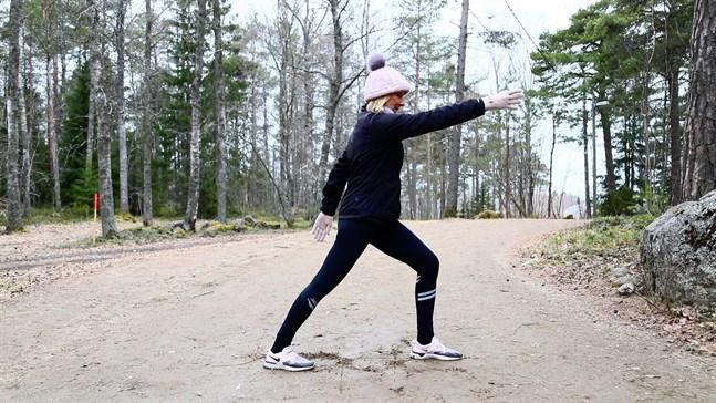 I övning 1 skidar vi i slow motion. Temat för det här passet är ryggrotation.