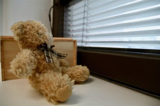 Genom att placera en teddybjörn i fönstret kan var och en hjälpa barnfamiljer att hitta på sysselsättning under rådande undantagsförhållande.