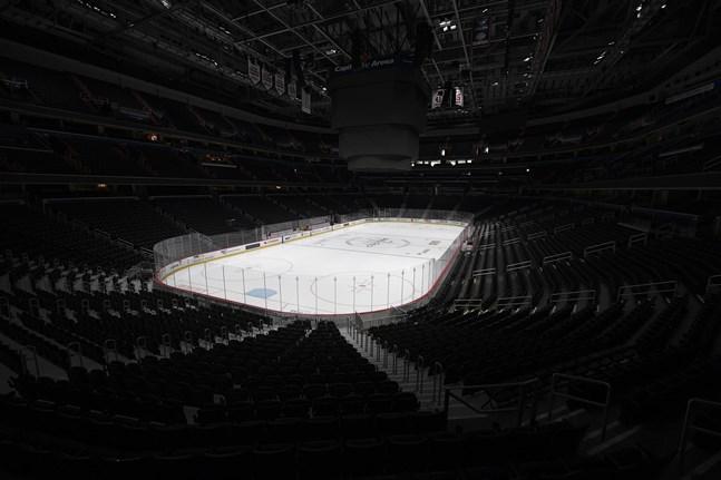 Tomma NHL-arenor i dagsläget, men nu öppnar ligans vicekommissionär Bill Daly för att säsongen kan förlängas till augusti.