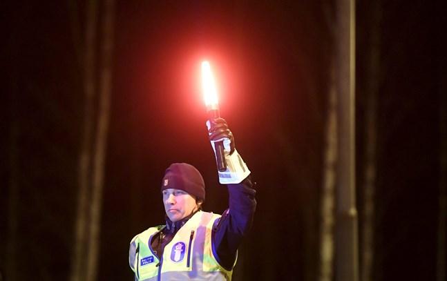 Polisen övervakar trafiken vid gränsen mellan Egentliga Tavastland och Nyland.