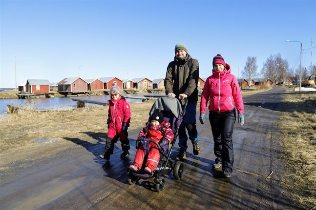 Familjen Siekkinen och Norrdahl-Siekkinen vandrar iväg.
