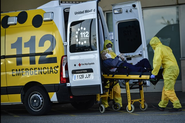 Ambulanspersonal, här i Logrono i norra Spanien, använder skyddsutrustning för att motverka smittspridningen.