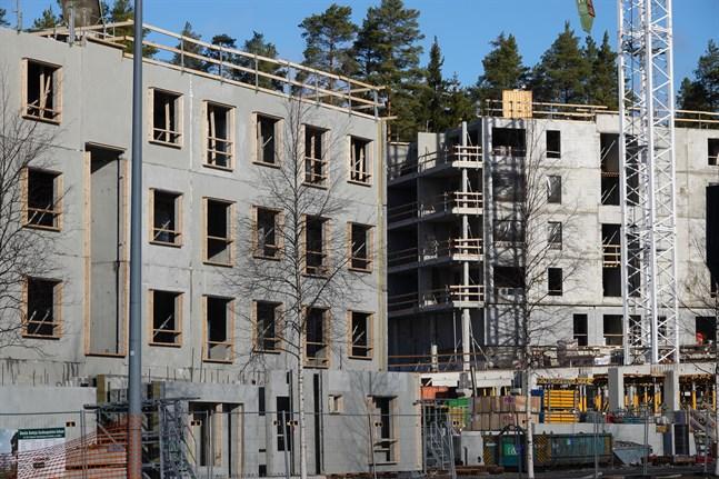 Den finska byggnadsindustrin har förlorat cirka 15 procent av sin arbetskraft under coronakrisen, uppger Byggnadsförbundet och Byggnadsindustrin RT.