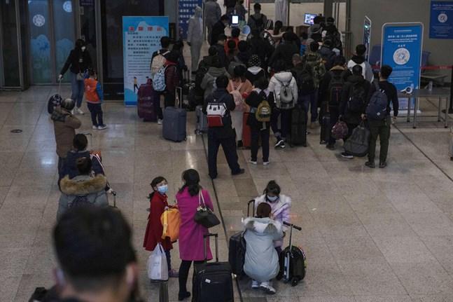 De första höghastighetstågen från Peking har anlänt till staden Wuhan i den region där coronasmittan först uppdagades. Efter lång karantän öppnade staden för återvändande för första gången på omkring två månader.