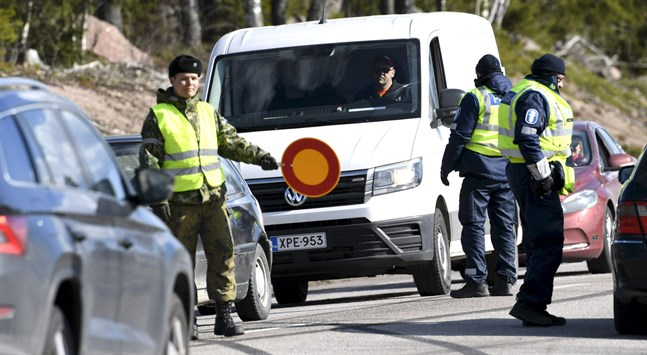 Polisen stoppar bilister i Pyttis i och med de nya bestämmelserna om att isolera Nyland där smittspridningen är som störst.