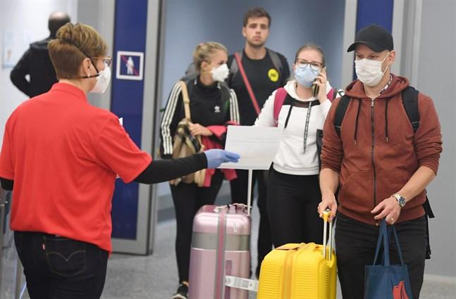 Alla som återvänder till Finland via Helsingfors-Vanda flygplats blir tilldelade information om coronaviruset och hur de ska agera när de fortsätter vidare.