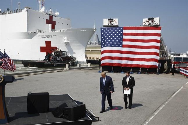 Den amerikanska flottans sjukhusfartyg USNS Comfort avseglade på lördagen mot virusdrabbade New York. President Donald Trump och försvarsminister Mars Esper fanns på plats för en ceremoni.