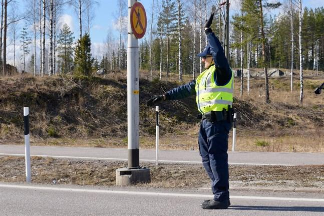 Polisen inrättade kontrollstationer vid Nylands landskapsgränser under natten till lördagen.