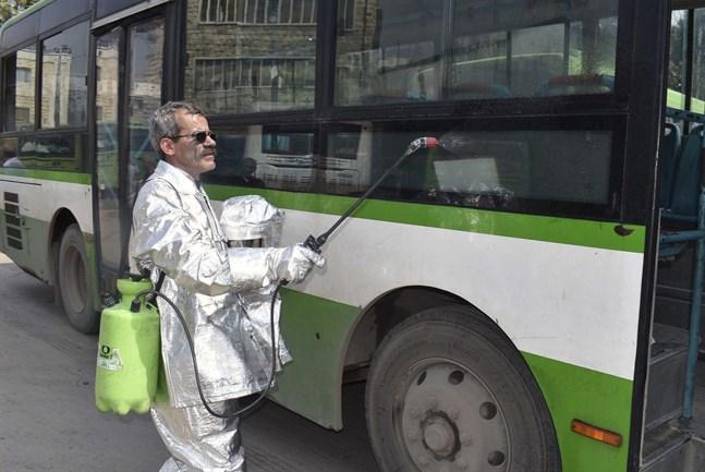 En buss desinficeras i storstaden Aleppo i Syrien. Bilden kommer från statliga nyhetsbyrån Sana. Arkivbild.
