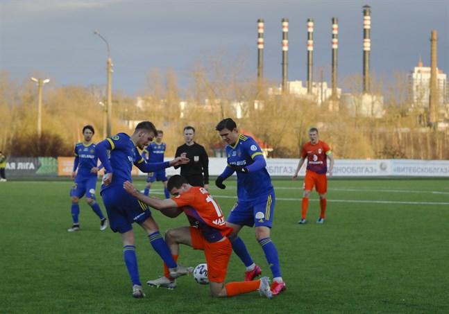 I Vitryssland rullar fotbollen på som vanligt. Här en bild från en match mellan Energetik-BGU och Bate Borisov.