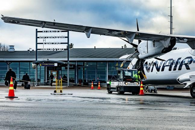 Ett Finnairplan parkerat utanför Karleby-Jakobstads flygfält innan coronaviruset kom och ställde till det. Bilden tagen i februari.