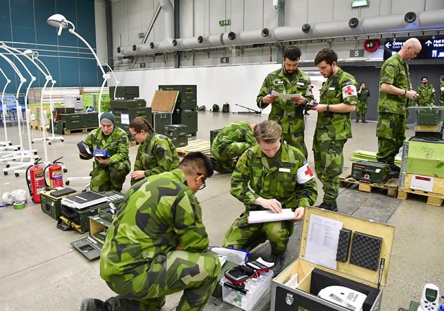 Försvarsmakten har byggt ett fältsjukhus i Älvsjömässan i Stockholm.
