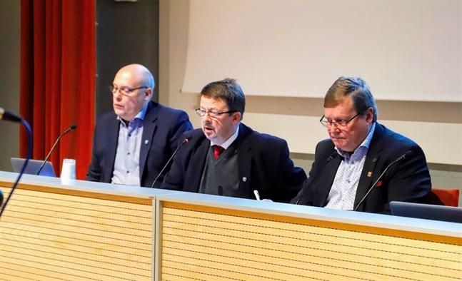 Ordförande Rainer Bystedt (i mitten) och hans styrelse godkände kommundirektör Tom Holttis (t v) förslag om samarbetsförhandlingar.