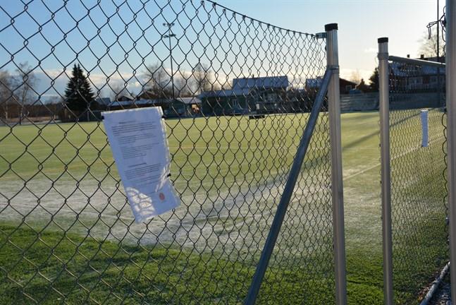 Flera kommuner har stängt konstgräsplaner, men Braheplan i Kristinestad är öppen och används av fotbollsspelare. På ett par A4-lappar upplyser man om reglerna, högst två personer i en grupp och ett avstånd på två meter till följande par.