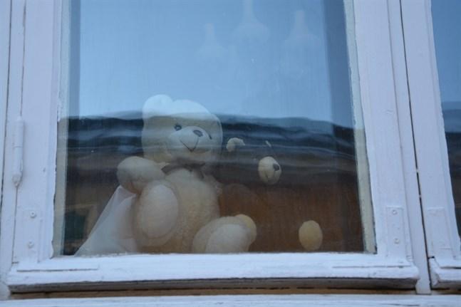 De här båda björnarna hälsar förbipasserande i Brahegårdens fönster i Kristinestad.