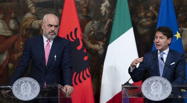 Italiens premiärminister Guiseppe Conte, till höger, och Albaniens premiärminister Edi Rama efter ett möte i Rom i höstas.