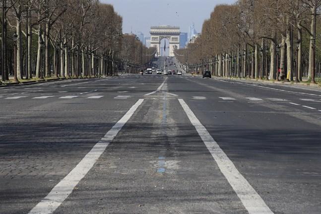 En i det närmaste bilfri Champs-Élysées i Paris, fotograferad den 19 mars.