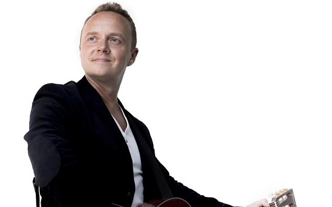 Dennis Rönngård leder allsången på lördag.
