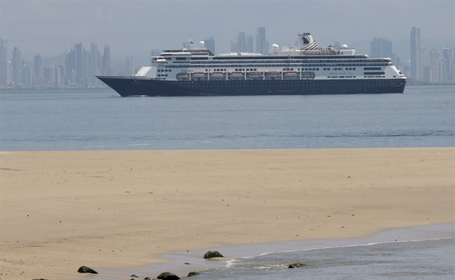 Kryssningsfartyget Zaandam utanför Panama City i lördags.
