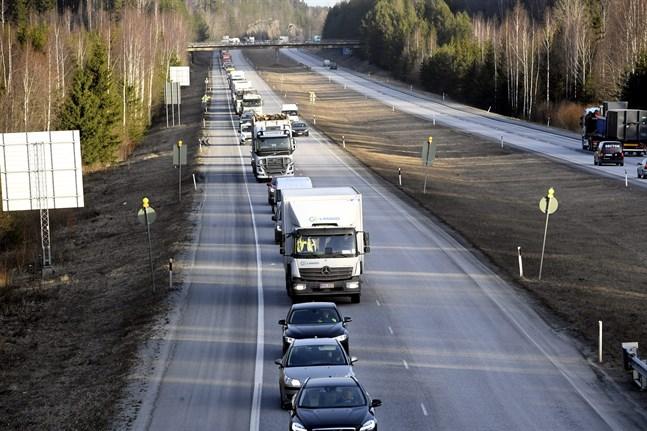 På måndagsmorgonen var bilköerna långa vid Nylandsgränsen.