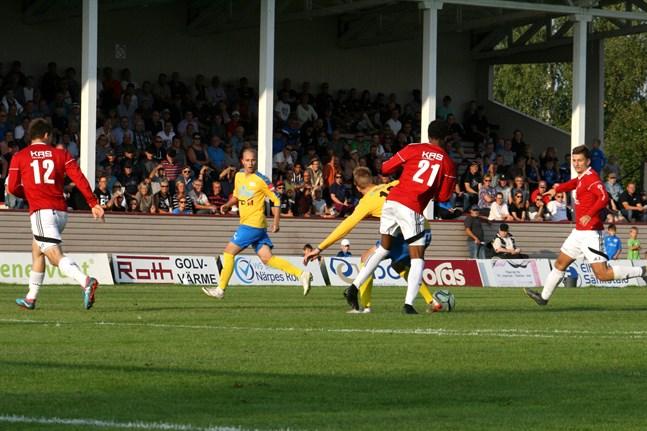 Om inte restriktionerna förlängs blir det fotbollsstart i maj. Det beslöt bollförbundets styrelse på måndagskvällen.
