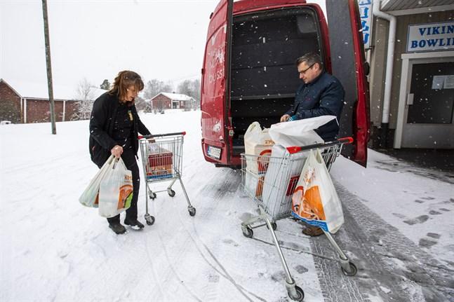 Micaela Sten och Peter Norrgård lastar beställningar som körs ut till kunderna.