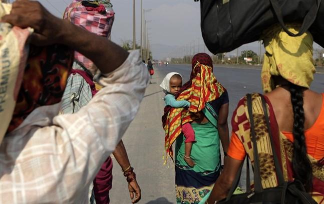 Människor som lämnat sina hembyar för att ta ett jobb i Bombay är på väg från mångmiljonstaden till fots. Många har förlorat både jobb och bostad när Indien satts i ett slags karantän.