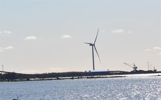 Huikku Tuulivoimas vindkraftverk på Björnön i Kristinestad fortsätter att dela med sig, trots ny ägare.