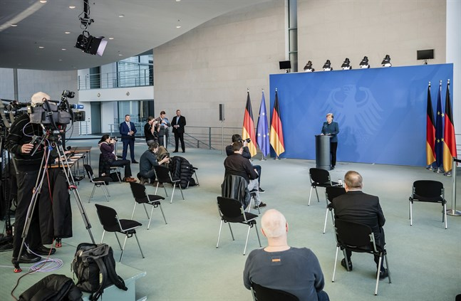 Journalister håller distans när Tysklands förbundskansler Angela Merkel har presskonferens i coronatider.
