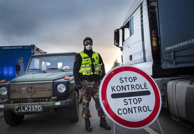 En litauisk gränsvakt intill de milsslånga köer som skapades vid gränsen mot Polen när strikta gränskontroller infördes i mitten av mars som en följd av coronavirusets spridning. Arkivfoto.