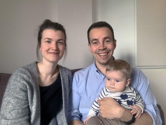 Anders jobbar med företagsuppköp på ett läkemedelsföretag – och Jenny är föräldraledig med parets sju månader gamla son Arthur. Annars doktorerar hon på Åbo Akademi.