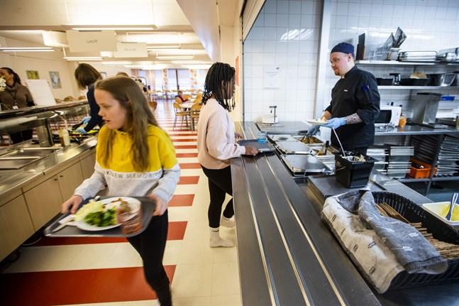 Ifall epidemin fortsätter öka i omfattning kan eleverna tvingas varva när- och distansundervisning i höst. Bilden från Övis matsal i Vasa.